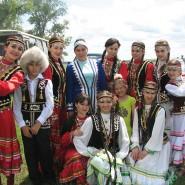 Марш-парад национальных костюмов фотографии